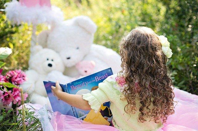 holčička s knihou