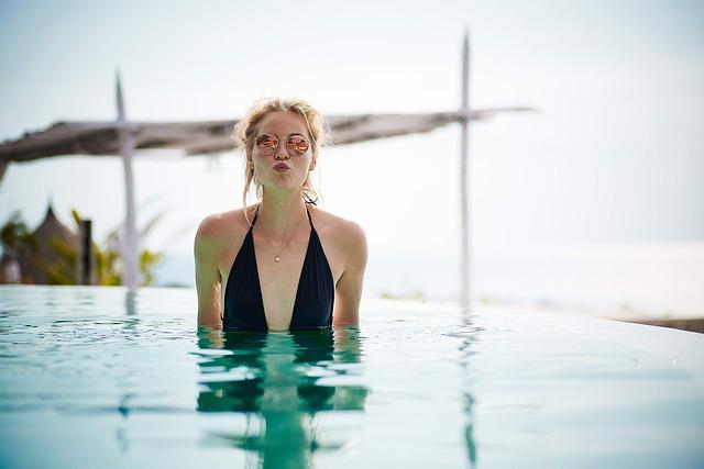 blondýna v bazénu.jpg