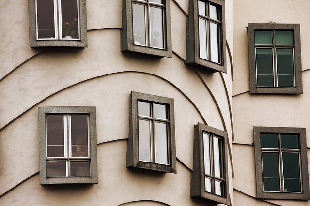 část domu s okny