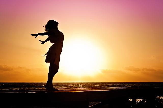 východ slunce za ženou