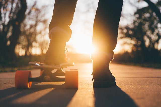 nohy u skateboardu