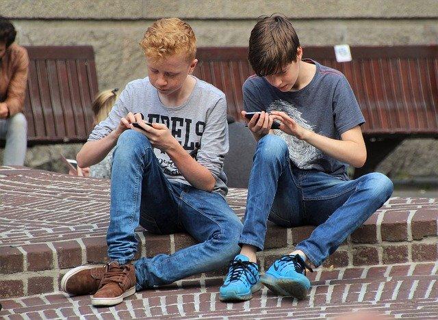 dva kluci s mobilem
