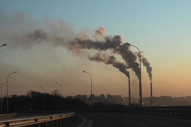 kouř z továrny