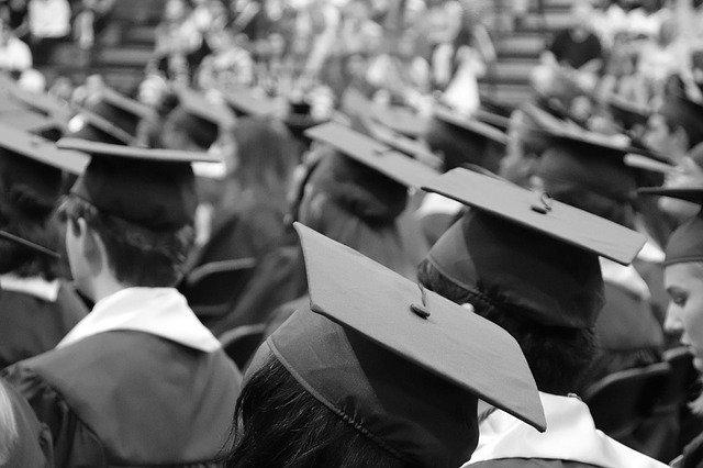 čapky studentů