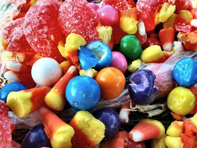 spousta bonbonů a cukru na jednom talíři