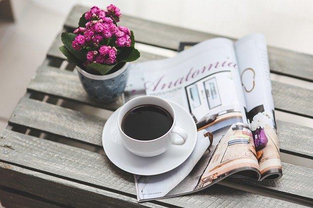 ranní káva s časopisem