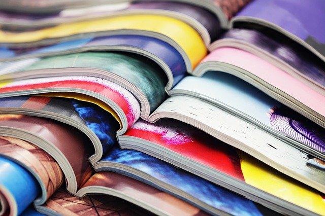 na sobě položené rozevřené časopisy
