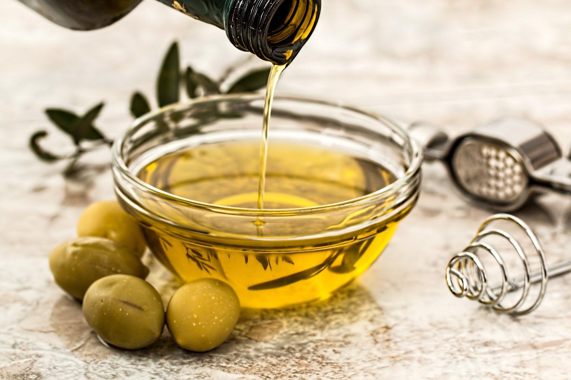 miska s olivovým olejem