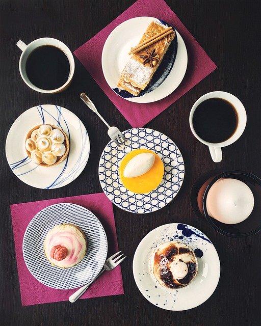 stůl se snídaní